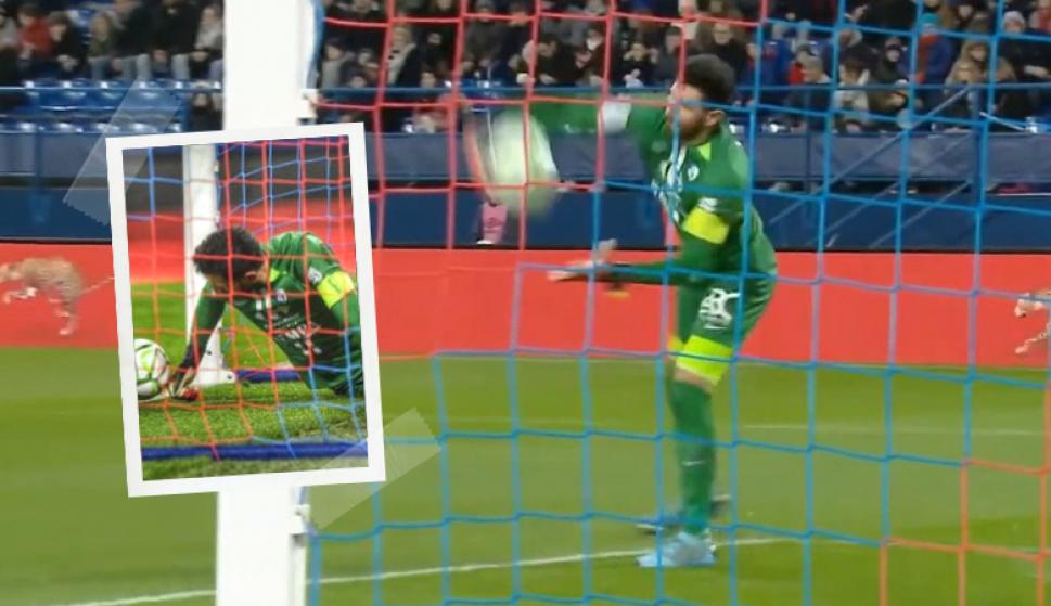 El gol en contra del año: mirá el increíble blooper de este arquero en Francia. Fotos: Captura