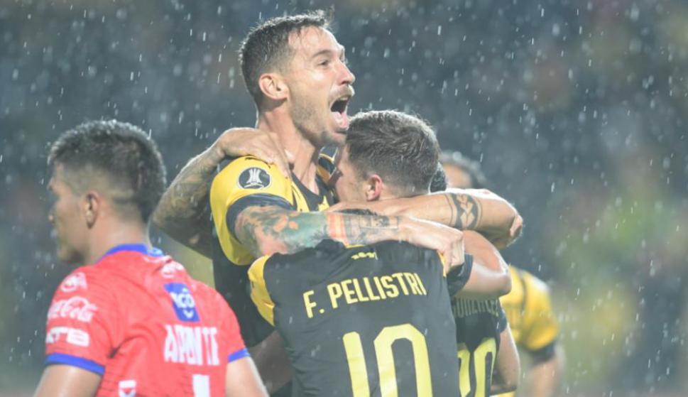 El festejo de los jugadores de Peñarol frente a Jorge Wilstermann en lo que terminó siendo victoria de los aurinegros por 1-0 por Copa Libertadores. Foto: Nicolás Pereyra.