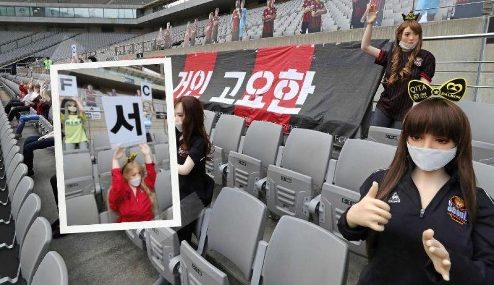 ¿Creías haberlo visto todo?, usaron muñecas sexuales como hinchas en Corea del Sur. Fotos: Reuters y AFP