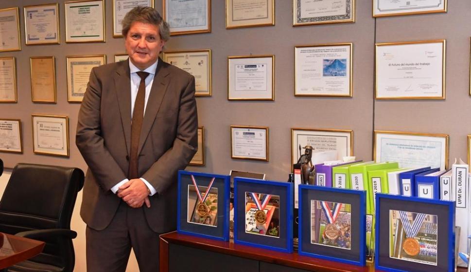 En su estud io. El doctor Pablo Durán en su lugar diario de trabajo, donde tiene las medallas que ha ganado con Nacional. FOTO: Leo Mainé.