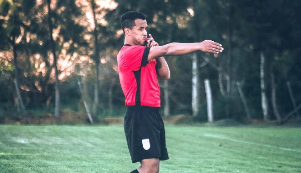 No se pone colorado. Burgueño arbitrando un partido en una liga de fútbol 7 el domingo en Punto Fútbol.