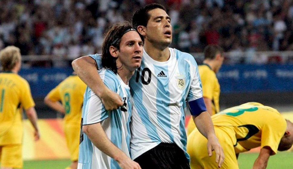 Lionel Messi y Juan Román Riquelme en la selección de Argentina. Foto: AFP.
