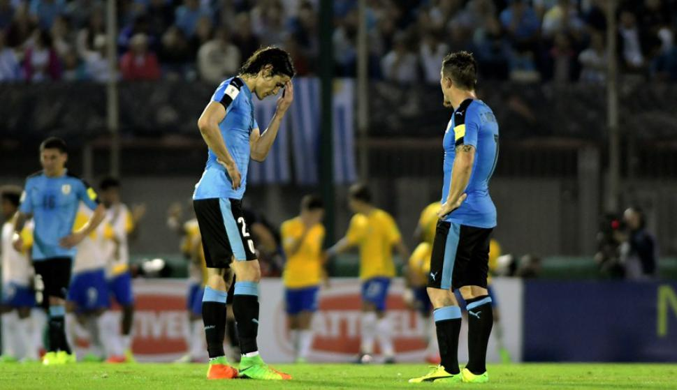 Volver a empezar. Edinson Cavani y Cristian Rodríguez vuelven a sacar del medio. Foto: Fernando Ponzetto.
