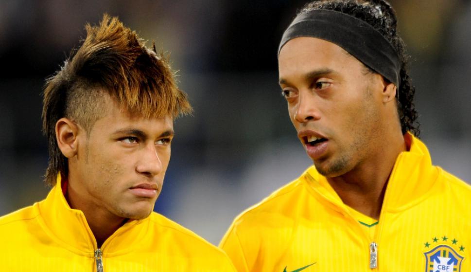 Ronaldinho junto a Neymar en un partido de la selección de Brasil. Foto: AFP