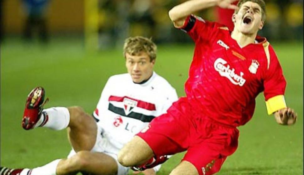 Diego Lugano y Steven Gerrard en la final del Mundial de clubes de 2005. Foto: BBC.