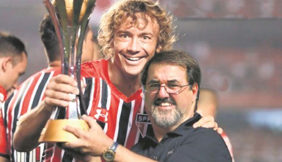 Diego Lugano con la copa del Mundial de Clubes. Foto: Archivo El País