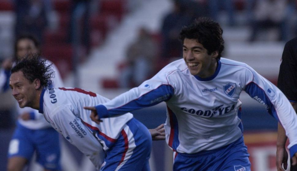 Luis Suárez festeja su primer gol en Primera División. Foto: Archivo El País.