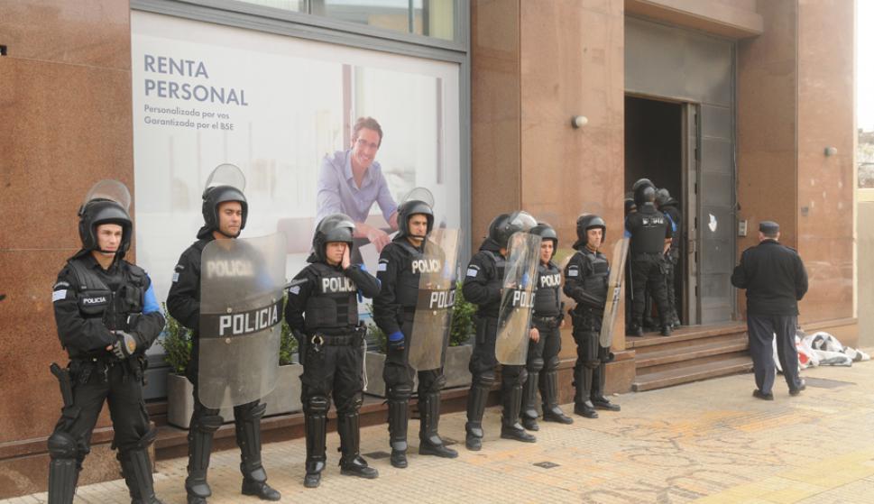 Diputados del fa respaldaron a ocupantes de centros for Donde esta el ministerio del interior