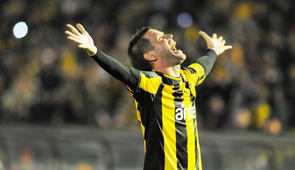 Pacheco festeja uno de sus tres goles a Defensor en la final de 2013. Foto: Archivo El País.