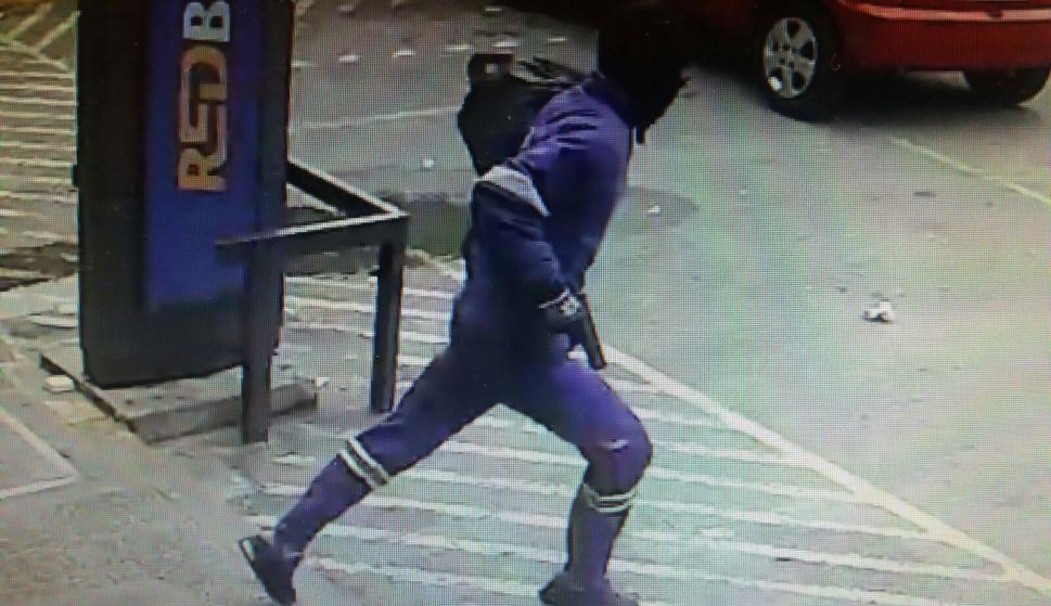 Otro delincuente corre luego del asalto.