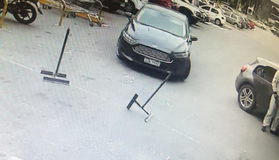 El auto robado llega a la sucursal.