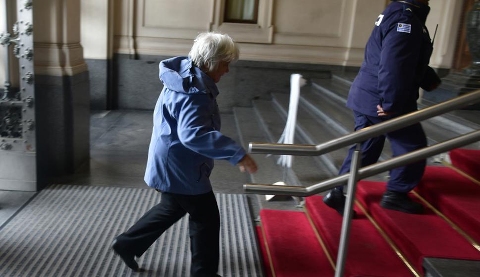 Lucía Topolansky entrando al Parlamento tras renuncia de Sendic. Foto: Fernando Ponzetto