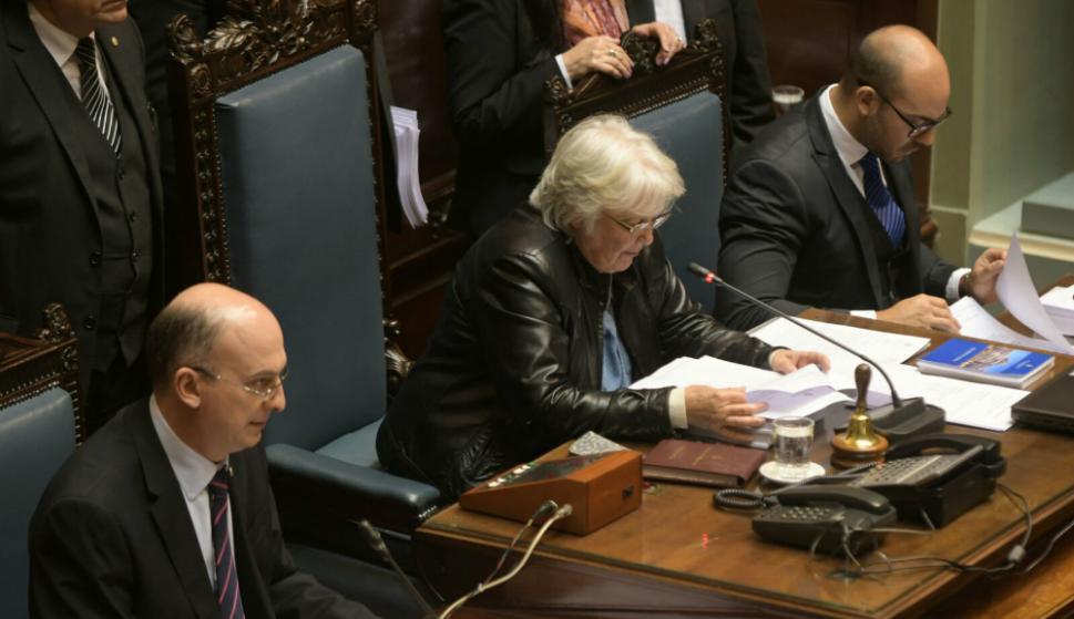 Topolansky encabeza la sesión del Senado. Foto: Francisco Flores.