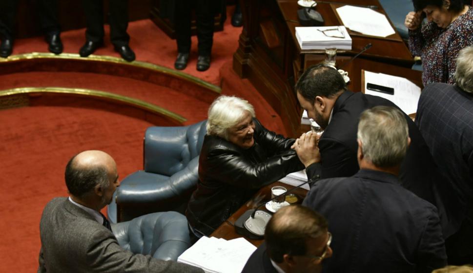 Topolansky saluda a Charles carrera, quien la sustituye en el Senado. Foto: Fernando Ponzetto.