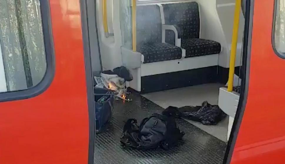 Objetos personales y un recipiente con fuego es encontrado en el metro de Londres. Foto: Reuters