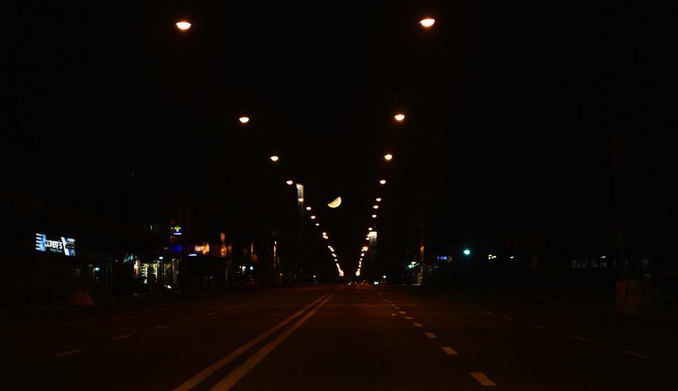 La luna en la noche montevideana sobre la principal Avenida. Foto: Gerardo Pérez