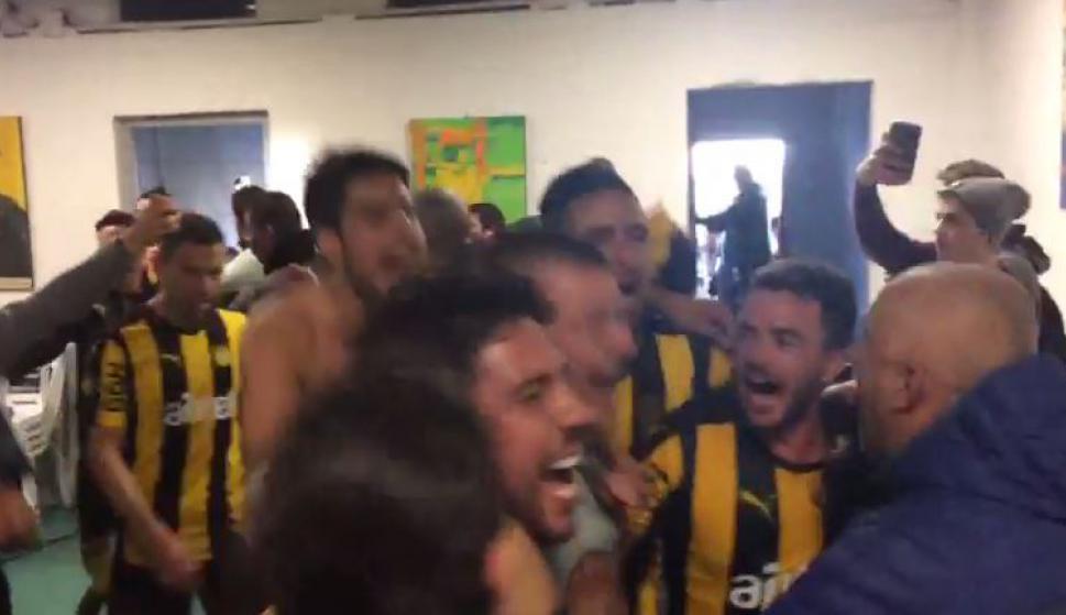 Los jugadores de Peñarol festejando el triunfo clásico
