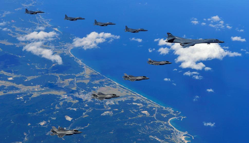 Un bombardero estratégico B-1B lidera el simulacro realizado ayer. Foto: AFP