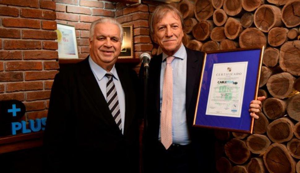 José P. Sintas, Presidente del Instituto Uruguayo de Normas Técnicas (UNIT) y el Esc. Edgar Welker, Presidente del Directorio de Cable Plus.
