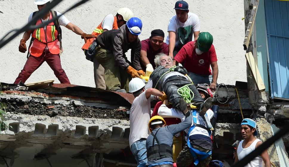 Un hombre es asistido por los rescatistas en México. Foto: AFP