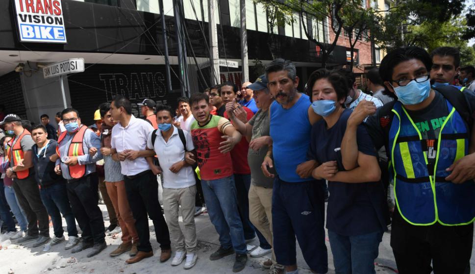 Un grupo de personas se reúne tras el devastador sismo. Foto: AFP