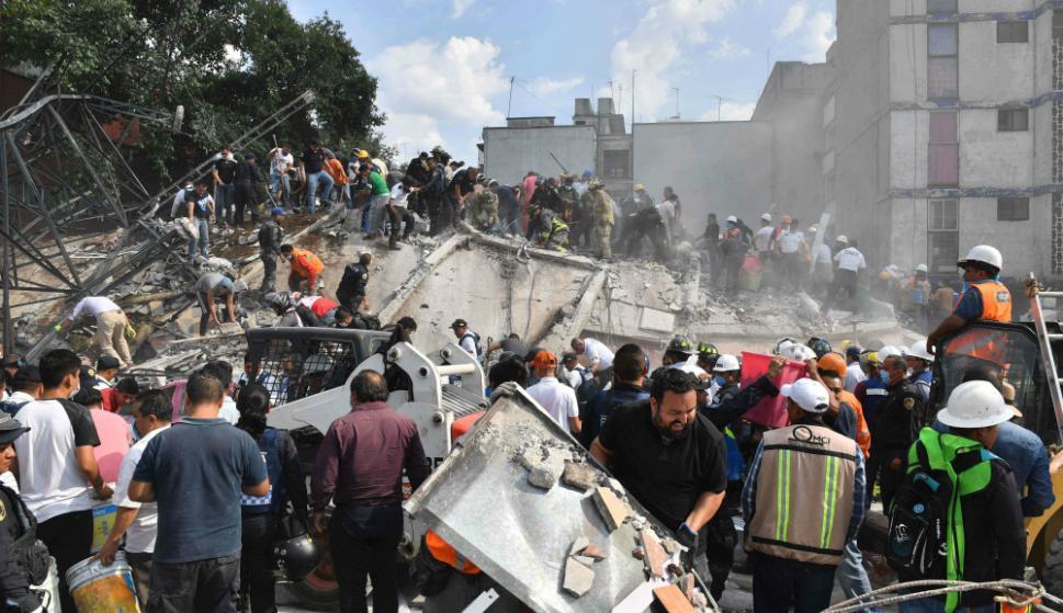 Los vecinos ayudaron a sacar escombros y controlar el tránsito. Foto: Reuters