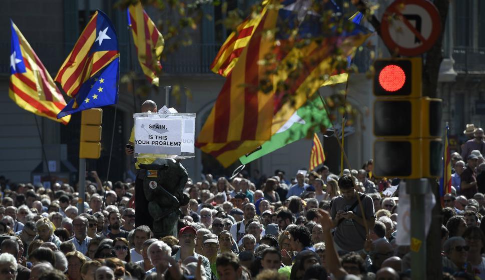 Manifestación prorreferéndum y contra las detenciones de jerarcas en Cataluña. Foto: AFP.