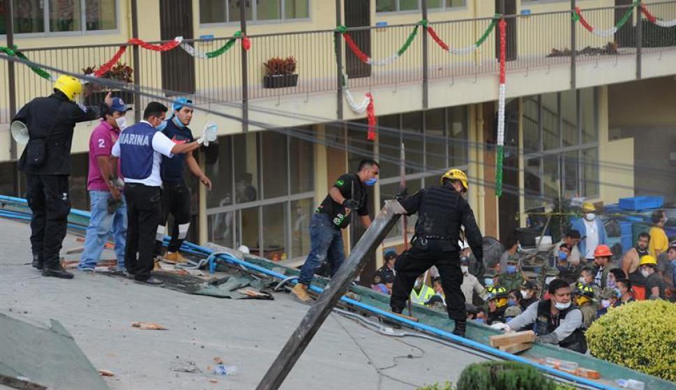 Rescatistas y voluntarios trabajan en las tareas de rescate en el Colegio Enrique Rebsamen. Foto: EFE
