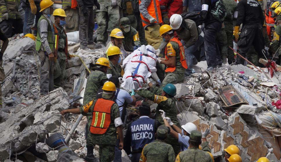 Durante toda la jornada, los equipos de rescate retiraron los cuerpos. Foto: EFE