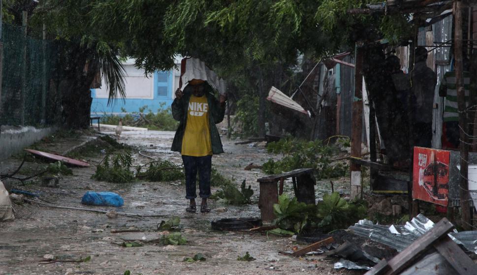 Algunas personas recogían postes, letreros y botes de basura. Foto: Reuters