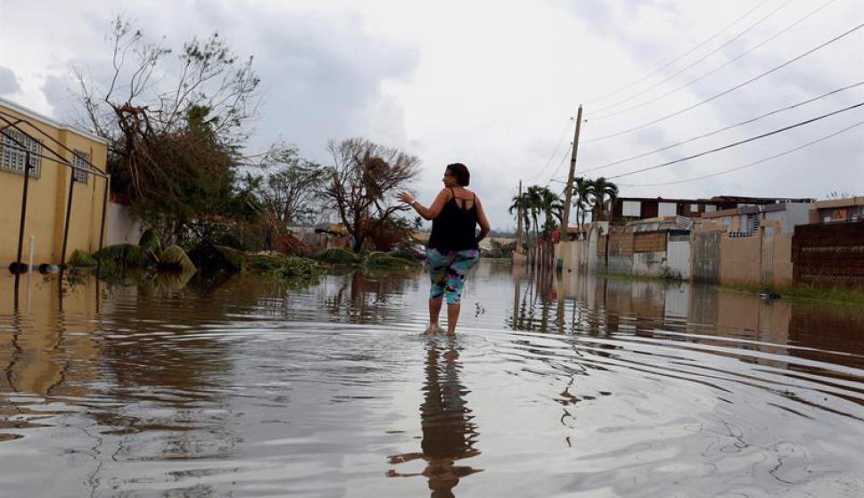 Pese a las inundaciones los puertoriqueños salieron a ayudar. Foto: EFE