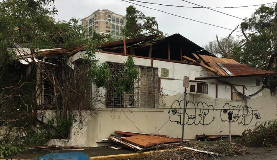 Los fuertes vientos destruyeron varias edificaciones. Foto: EFE