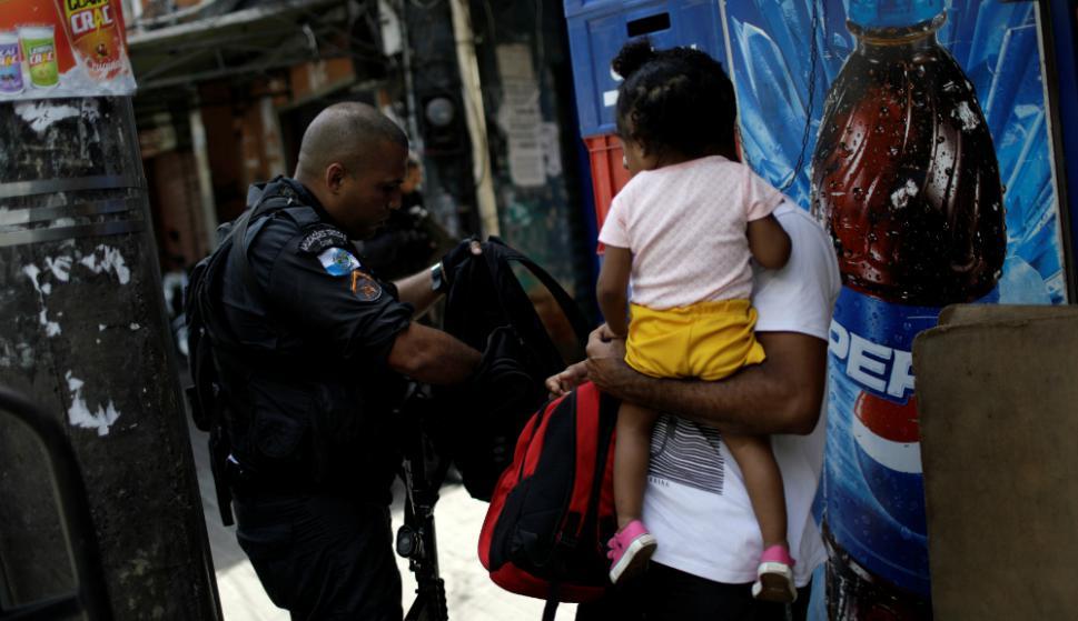 Fueron unos pocos los que decidieron salir si bien estaban atemorizados. Foto: AFP