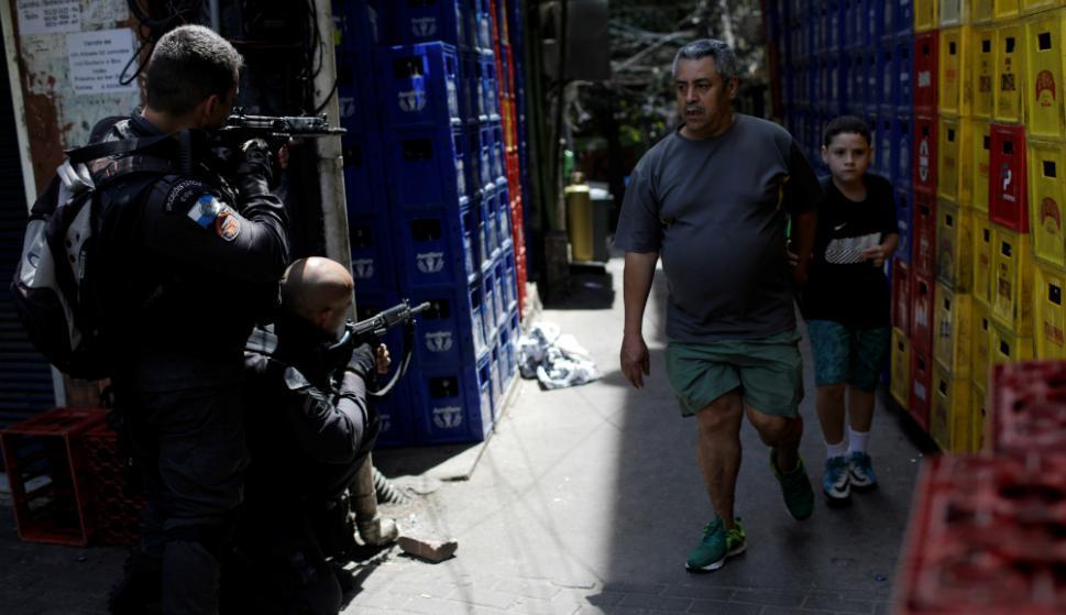 Para muchos es una escena normal ver a los uniformados. Foto: AFP