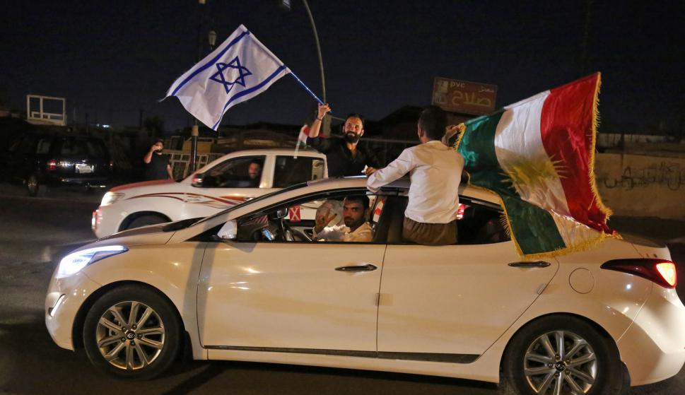 Un israelí se une a los festejos de los kurdos en Kirkuk. Foto: AFP.