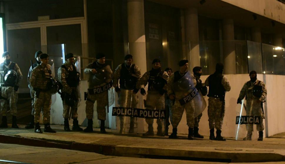 La Policía se desplegó por Pocitos atentos a acciones violentas por festejos de Peñarol. Foto: Marcelo Bonjour