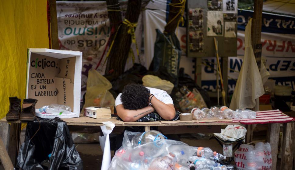 Un voluntario duerme para recuperar fuerzas en el Parque España, en Ciudad de México. Foto: AFP