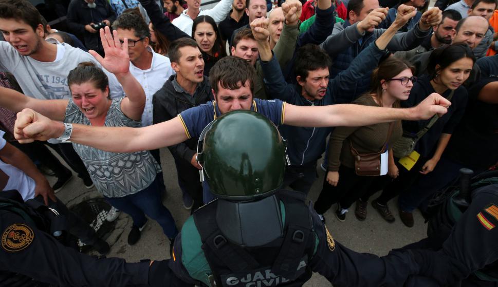 Policía española choca con catalanes a favor de independencia