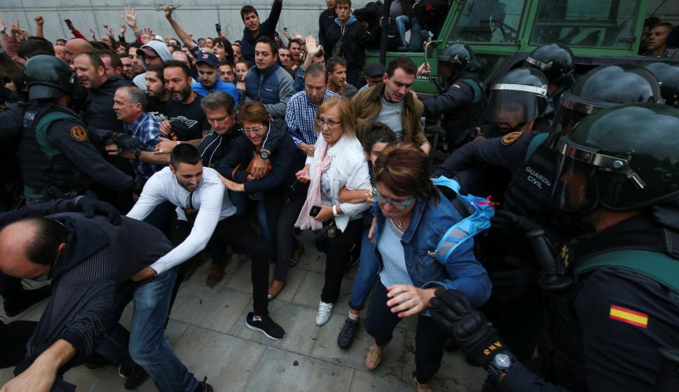 Enfrentamiento entre policías y votantes. Foto: Reuters