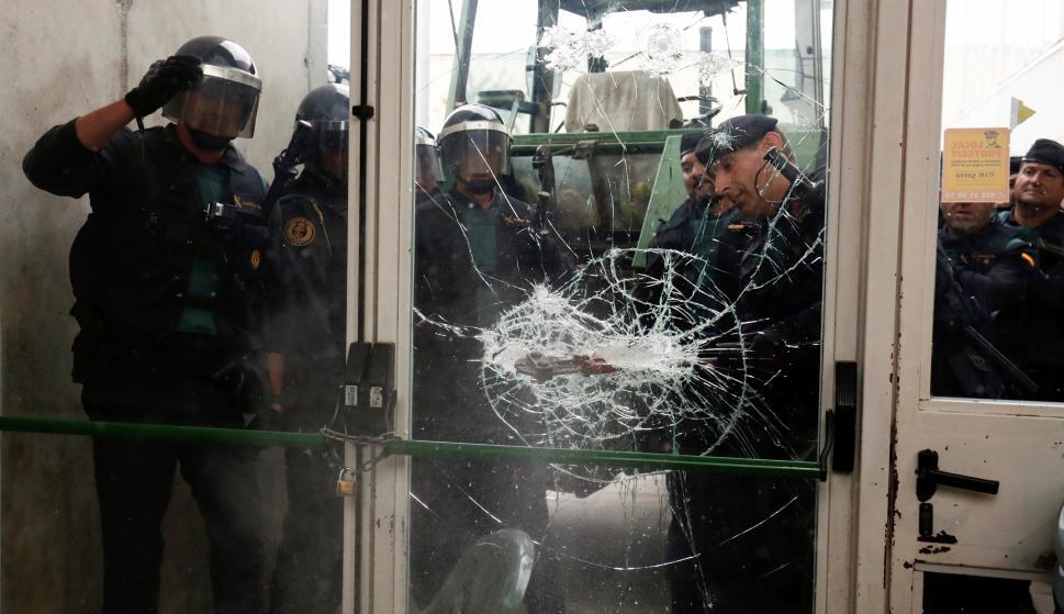 Votantes y policías enfrentados. Foto: Reuters
