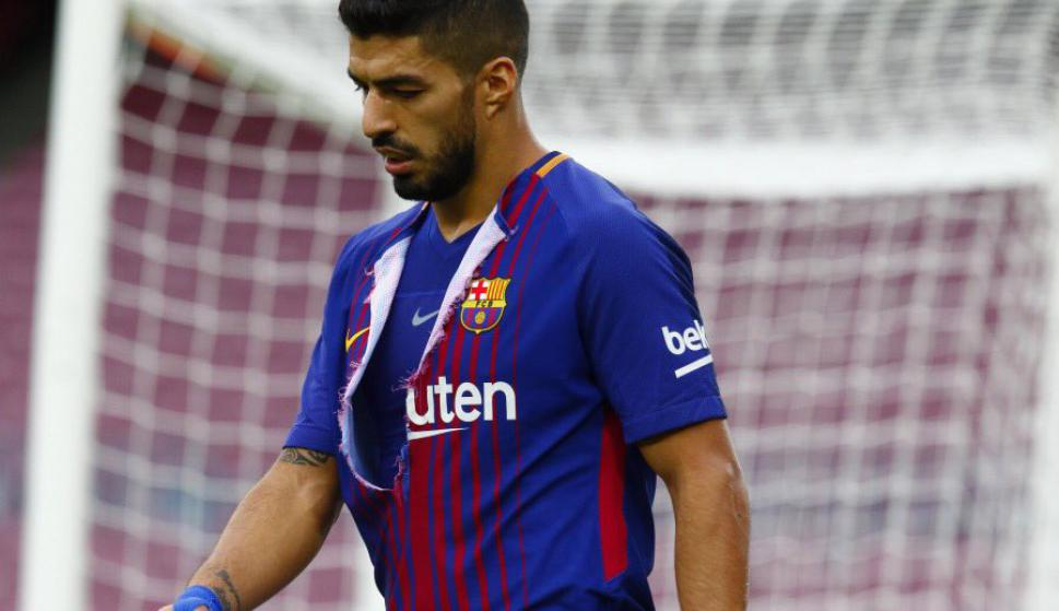 Luis Suárez rompió su camiseta él mismo al fallar una chance. Foto   MynorSandovalEU 4678e0b641aa8