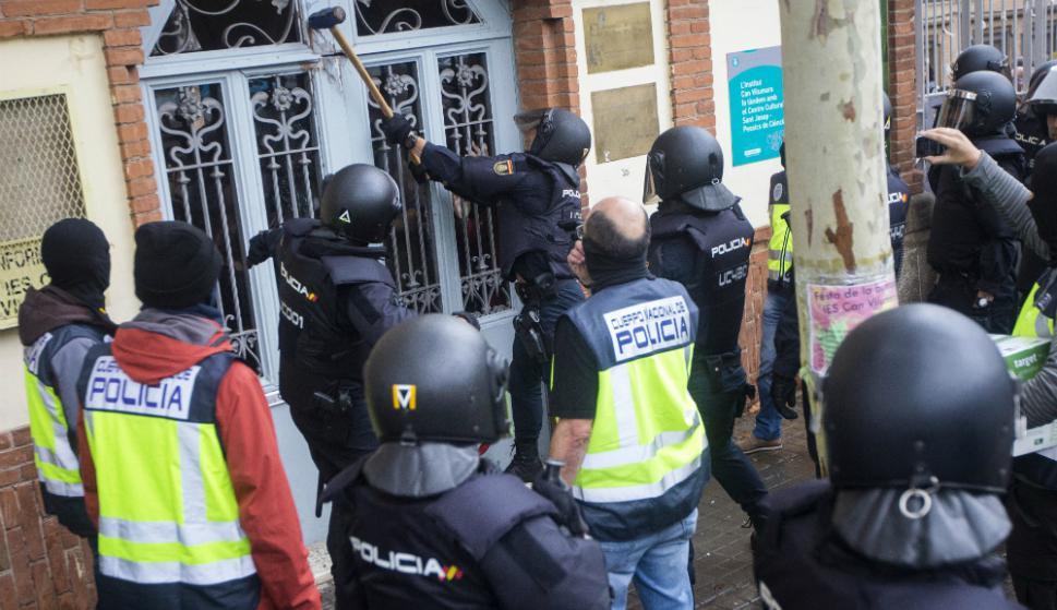 Girona. En Sant Julià de Ramis, donde tenía que votar el presidente catalán Carles Puigdemont, el centro electoral fue cerrado a mazazos. Foto: EFE