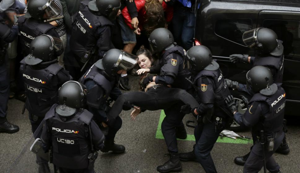 Policía Nacional y Guardia Civil actúan para evitar votación en colegios. Foto: EFE