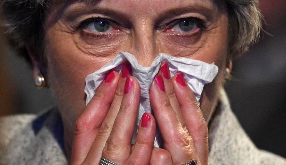 Theresa May y un ataque de tos en plena conferencia. Foto: EFE