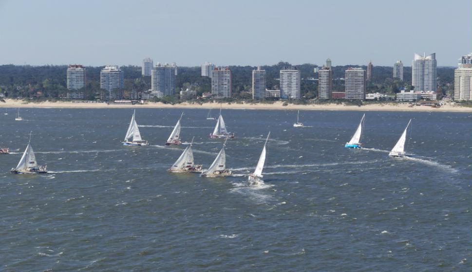 Los veleros que componen la regata debieron mostrar sus virtudes marineras a la salida del puerto de Punta del Este. Foto: R. Figueredo