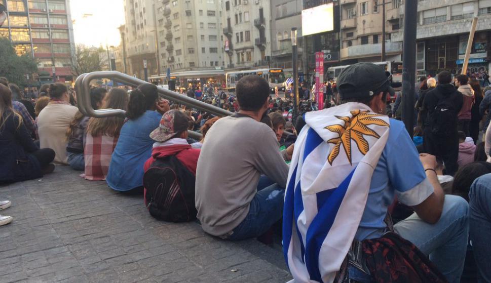 Hinchas de Uruguay en la explanada de la Intendencia previo al partido de la Celeste. Foto: @EEstevesH