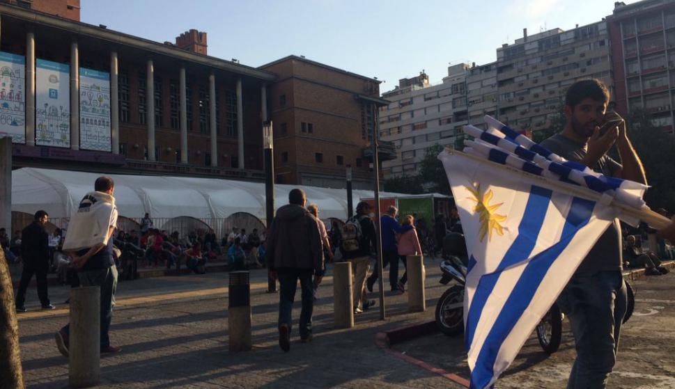 Los hinchas de la selección uruguaya en la explanada de la Intendencia. Fotos: @EEstevesH