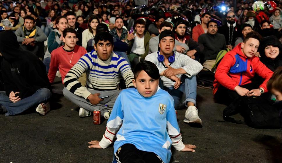 Así vivieron los hinchas celestes el partido de Uruguay en la explanada de la Intendencia. Foto: Marcelo Bonjour