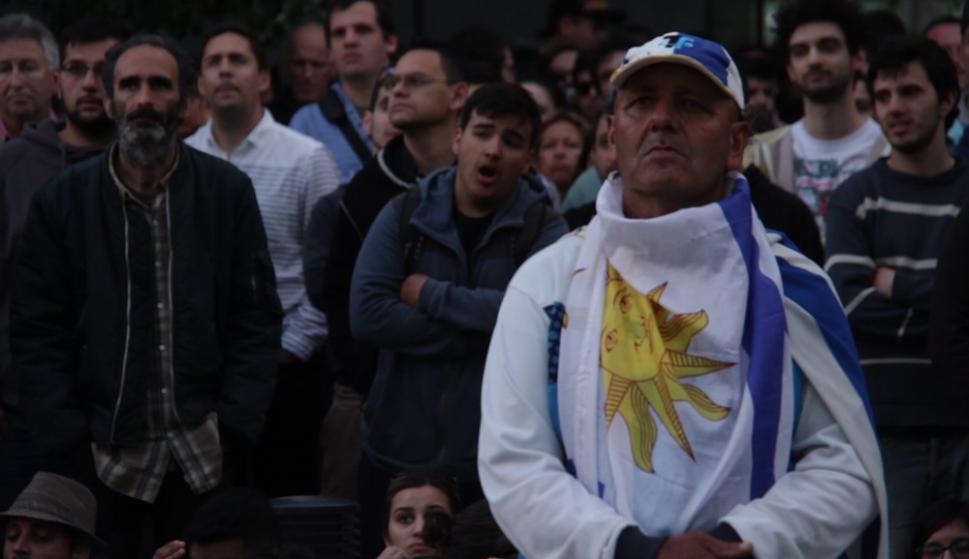 Así vivieron los hinchas celestes el partido de Uruguay en la explanada de la Intendencia. Foto: Gabriel Rodríguez