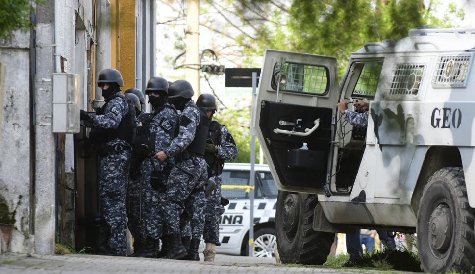 Un nutrido grupo de la Guardia Republicana se desplegó frente a la casa del hombre armado. Foto: M. Bonjour